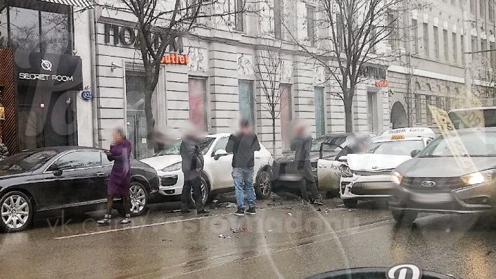 В центре Ростова BMW влетел в несколько элитных машин