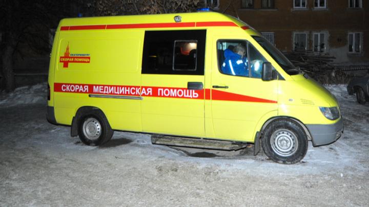 На Уктусе избили пассажирку машины, попавшей в ДТП. Женщину увезли в больницу