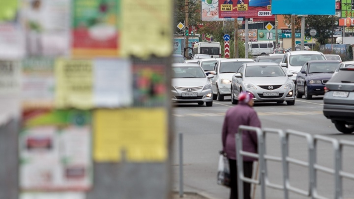«Сами не можем добиться порядка»: врио мэра Челябинска возмутила вялая борьба с рекламой на столбах