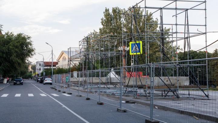 На Центральной набережной Волгограда начали сбивать ступени
