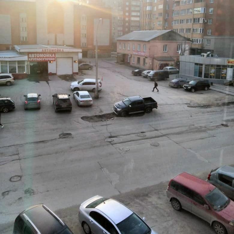 «Где дороги?»: яма размером с джип — в центре города внедорожник погрузился в асфальт
