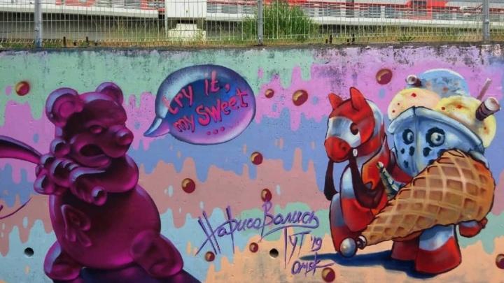 Сладкая битва: омские художники нарисовали в Адлере мармеладного мишку
