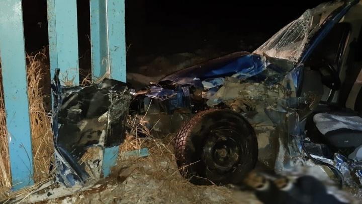 Въехал в стелу: в жуткой аварии в Свердловской области погиб мужчина, он не был пристегнут