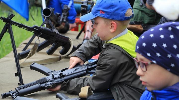 Жёлтые жилеты и дети с оружием: как отпраздновали День России в Архангельске