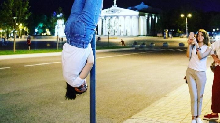 «Любовь к вертикальным предметам»: Елена Исинбаева вспомнила прошлое и повисла на дорожном знаке