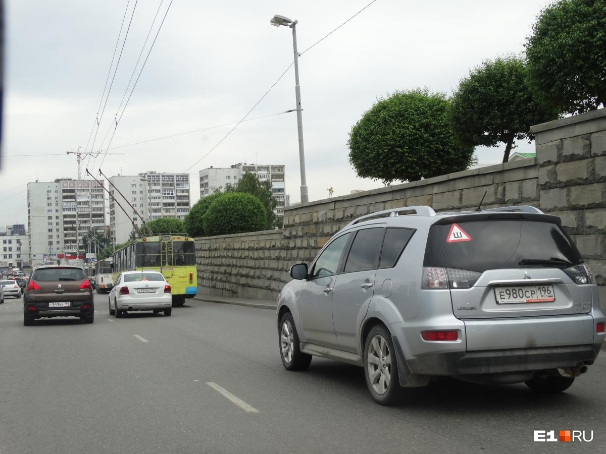 Если комитет по транспорту решит сделать выделенную полосу на участке от Первомайской до Шевченко, водителям запретят ездить за троллейбусами по правой полосе