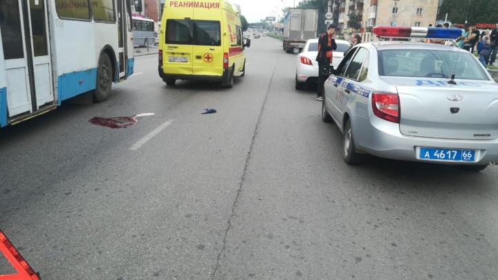 В Екатеринбурге на проспекте Космонавтов иномарка, ехавшая на красный, сбила пешехода