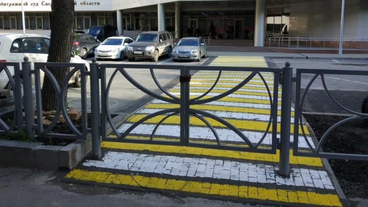 """Всё для пешеходов! В Екатеринбурге у Арбитражного суда сделали """"зебру"""", которая упирается в забор"""