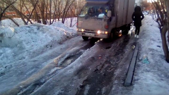 Новосибирец пожаловался на опасную дорогу — власти считают, что она в порядке