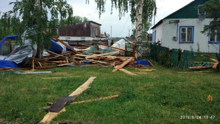 Сорванные заборы и помятые машины: последствия ураганного ветра в Башкирии попали на видео