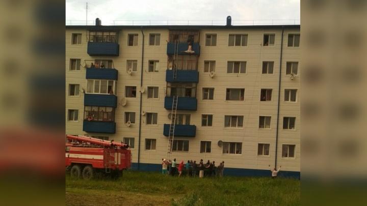 В Винзилях спасатели сняли с балкона мужчину, висевшего вверх ногами