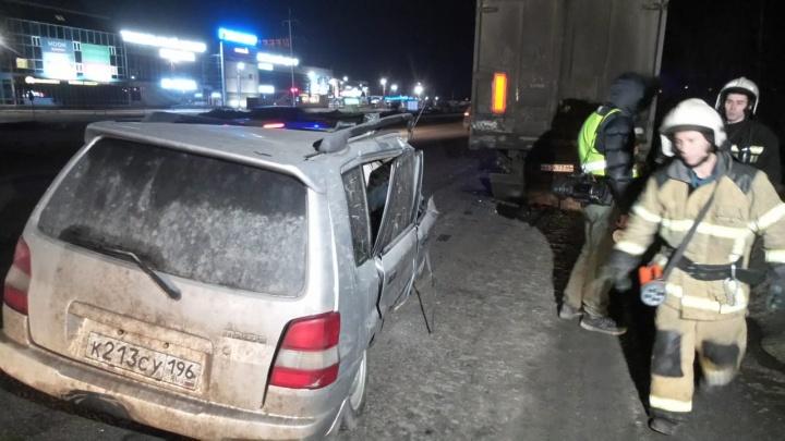 На дублере Сибирского тракта Mazda влетела под припаркованную фуру