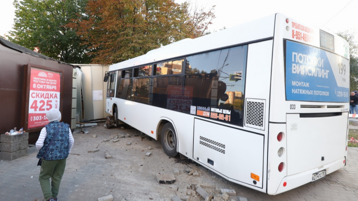 Ростовская полиция ищет водителя автобуса, въехавшего в остановку на Шайбе