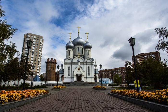Знаменский храм на перекрёстке улице Богдана Хмельницкого и Учительской