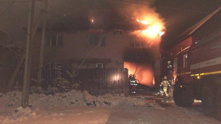 Остановился и начал сигналить: в Перми таксист спас семью с двумя детьми во время пожара в коттедже