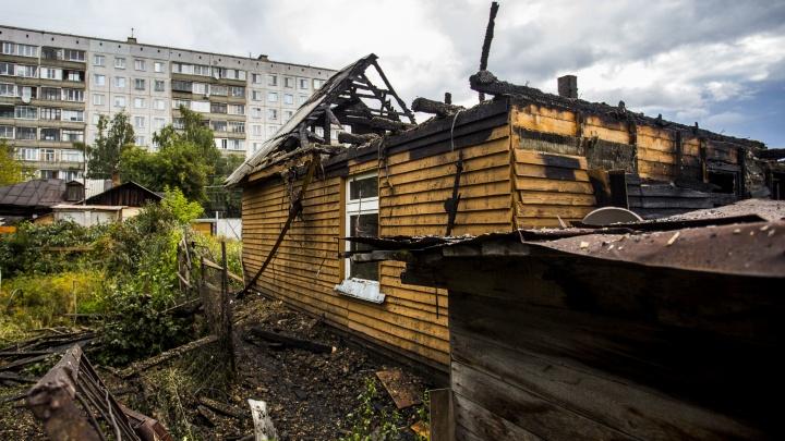 Тушили всю ночь до утра: крупный пожар уничтожил три дома в Октябрьском районе