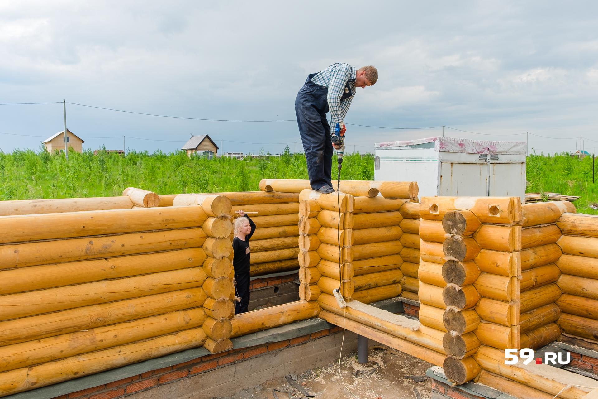 Лена следит, как папа строитдля нее дом