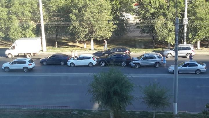На севере Волгограда из-за аварии с четырьмя машинами собирается пробка