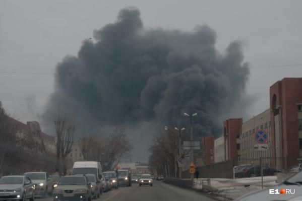 Из-за пожара улицы утонули в густом дыму