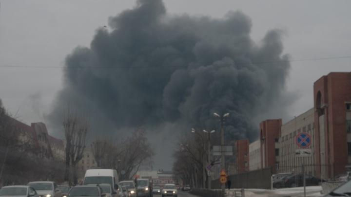 Крупный пожар на складе с краской на Эльмаше, во время которого случились взрывы, потушили