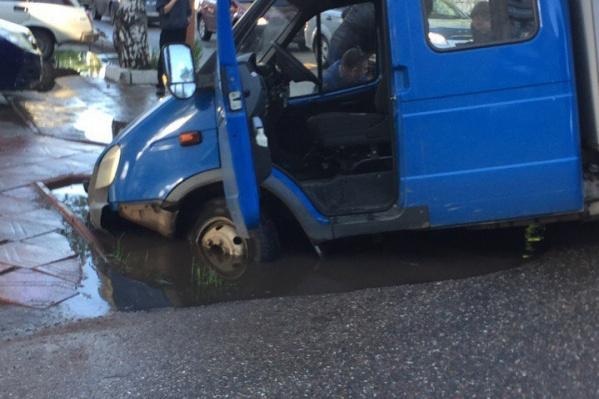 Автомобиль угодил передними колесами прямо в самый центр лужи