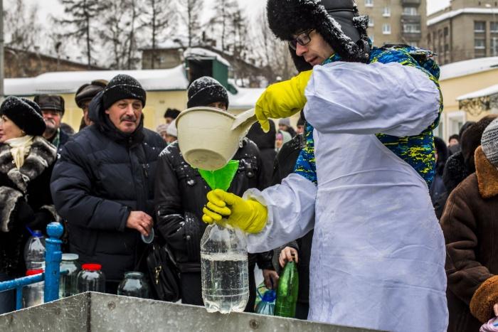 Православные волонтёры разливают воду горожанам