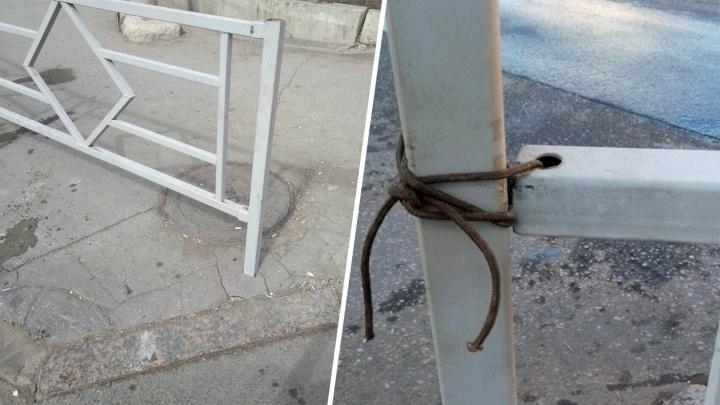«Разве это остановит авто?!»: новое пешеходное ограждение на Солнечной — Губанова связали шнурками