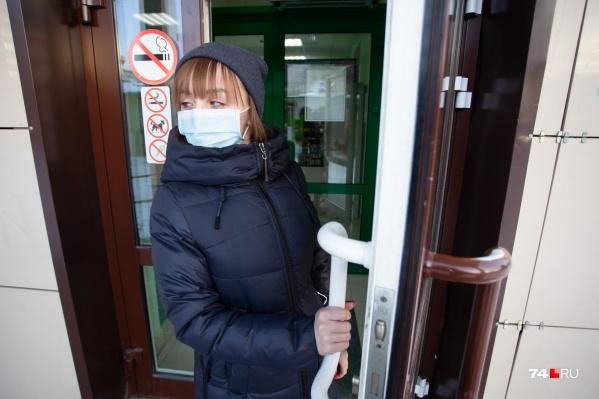 В Челябинске бушуют грипп и ОРВИ, и люди в медицинских масках — уже привычная картина