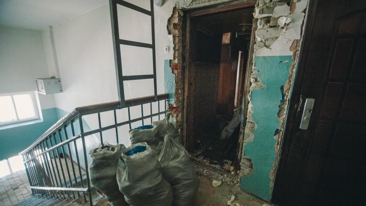 В Тюмени мать нашла мертвым 30-летнего сына. Он долгое время лежал в горевшей квартире