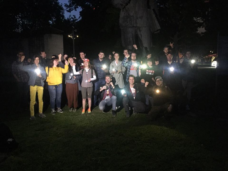 Пока шёл пятый день битвы за сквер, стало известно, что в Москве провели флешмоб с фонариками в поддержку сквера в Екатеринбурге. 18 мая такой же флешмоб пройдёт в Омске.