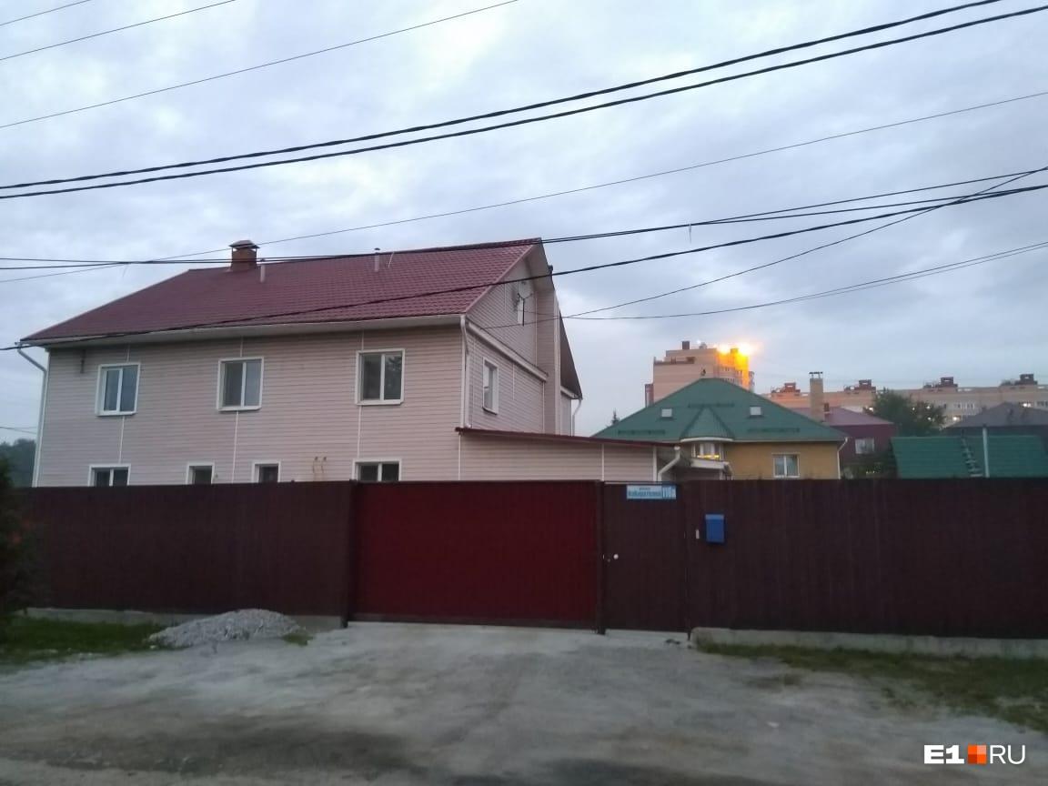Дома построили недавно, но их хотят снести