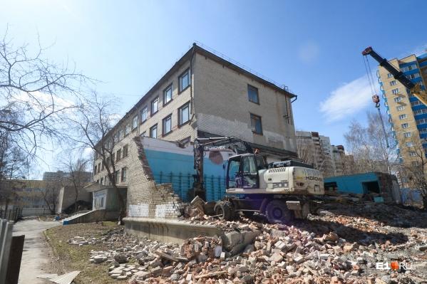 Четырехэтажное здание колледжа уничтожат полностью