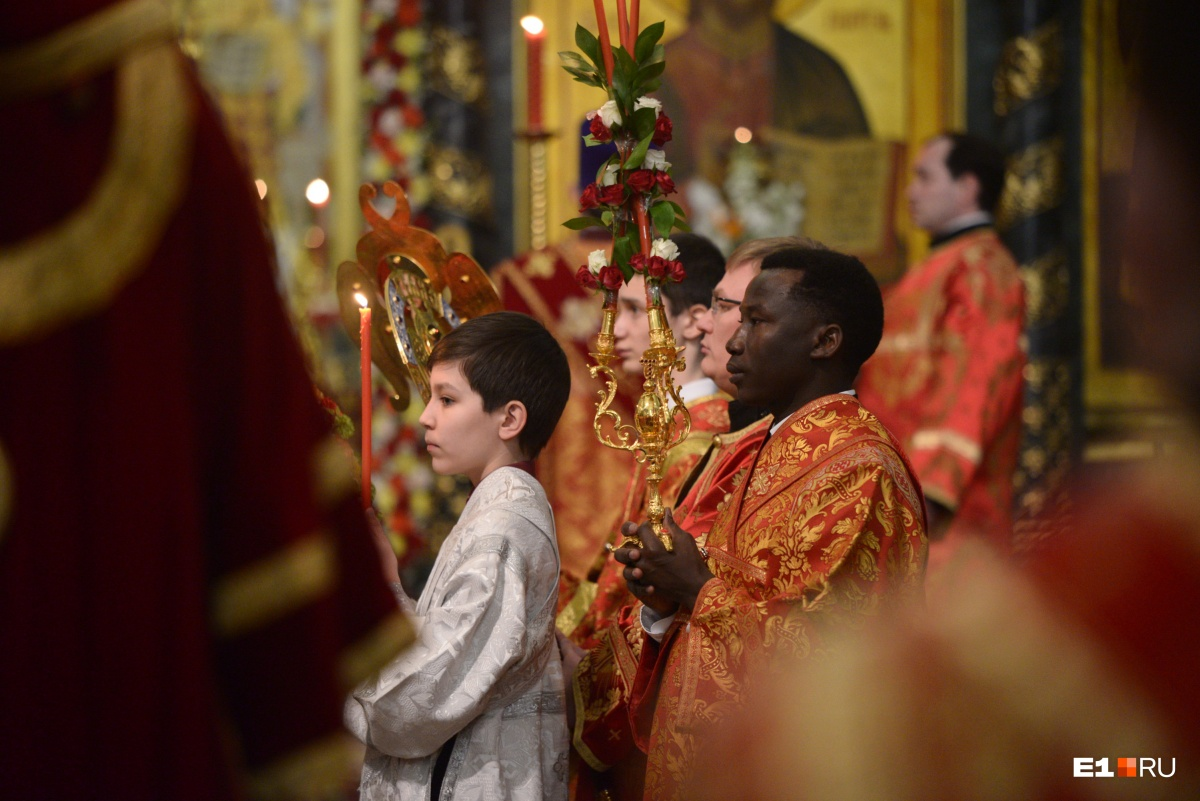 Этого священника в Екатеринбурге многие знают— Хафиз Баси служит в храме уже восемь лет , но неизменно привлекает внимание во время крестного хода