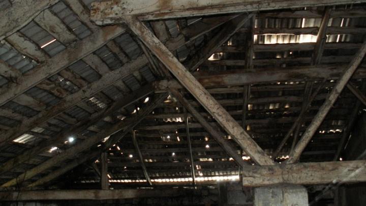 «Крыша как решето»: ремонт кровли возмутил жителей челябинской «сталинки»