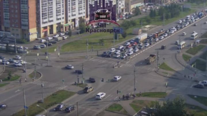 Пешехода в продуктовой тележке сбили на переходе