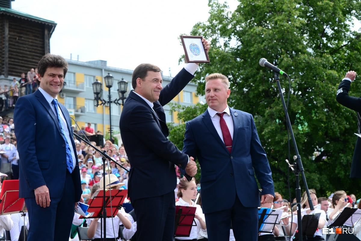 Справа — первый космонавт из Екатеринбурга Сергей Прокопьев