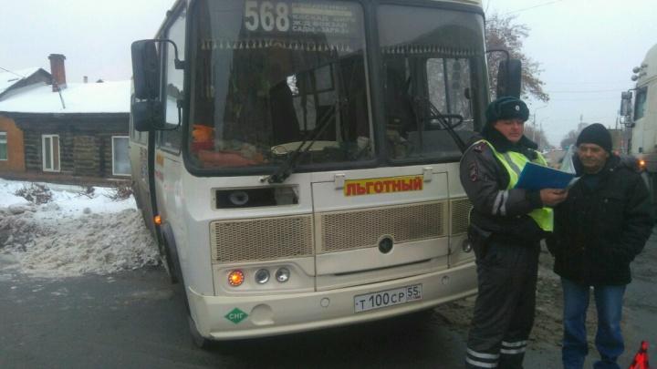 Автобус столкнулся с фурой на Шебалдина: пострадали три женщины