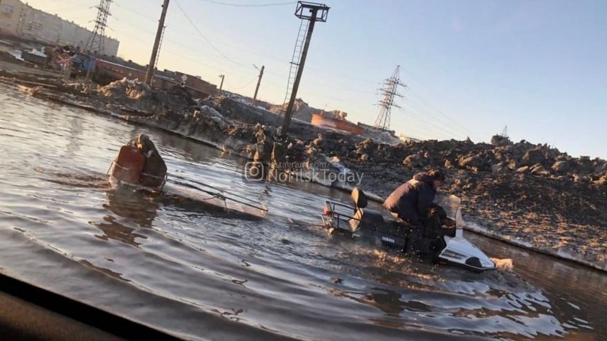«За буйки не заплывать»: жители Норильска высмеяли огромные лужи во дворах