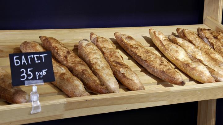 В жилмассиве на берегу Оби открылась артизанская пекарня — тесто для багетов здесь заводят с вечера