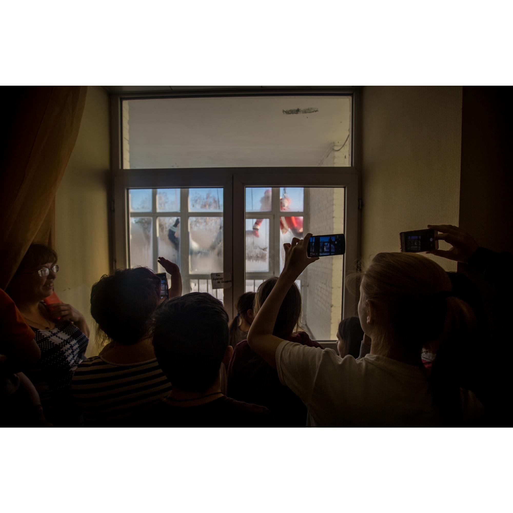 Детей не пустили на балкон из-за мороза, поэтому они обступили окно внутри отделения