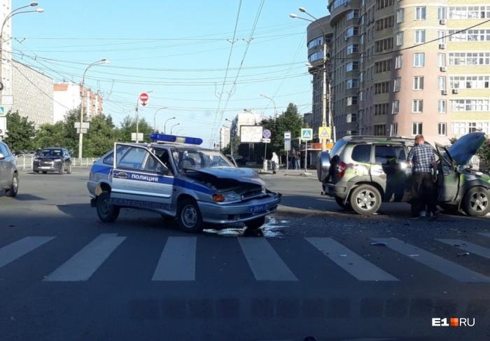 Обе машины от жесткого удара получили серьезные повреждения