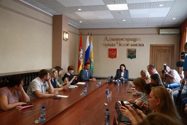 Наталья Котова, чтобы стать ближе к журналистам, села с ними за один стол, в отличие от предыдущих градоначальников