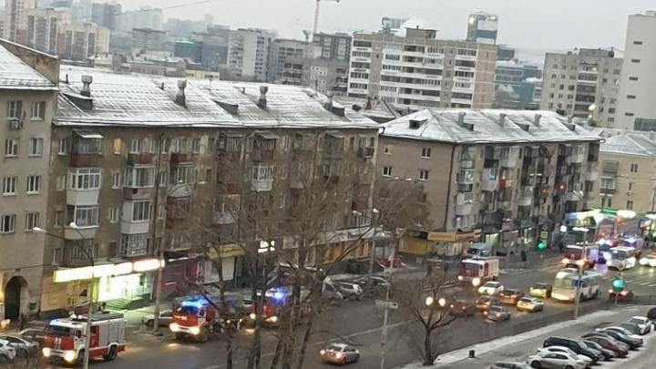 К зданию общежития Уральской консерватории стянули 18 пожарных машин