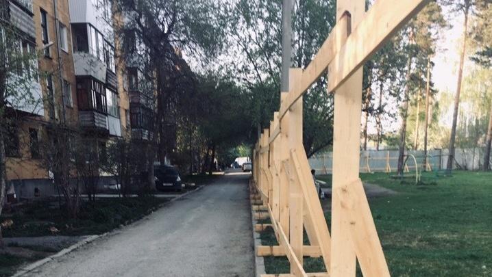 Забор по периметру: в Верхней Пышме у жителей домов отобрали двор для строительства школы