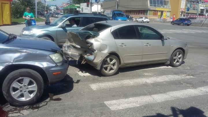 «Лексус» попал в ДТП с двумя «Маздами»: водитель предположил, что потерял сознание после укола врача