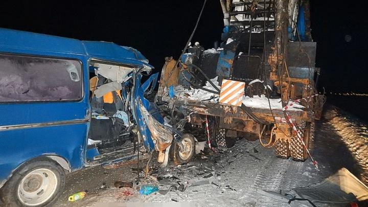 В Башкирии при столкновении маршрутки с автокраном погиб пассажир
