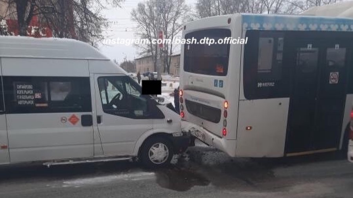 В столкновении двух автобусов в Уфе пострадала беременная женщина