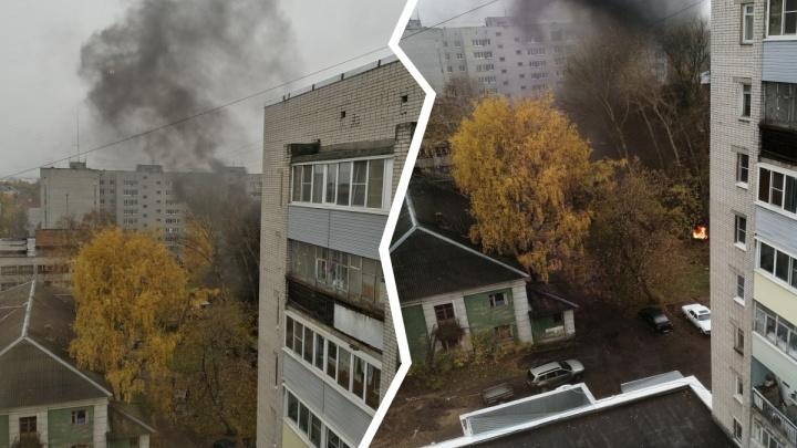 Пожар на улице Белинского: «Пятёрку» окутало чёрным дымом