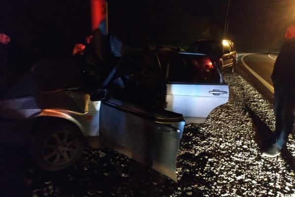 Чтобы достать пострадавших, машину пришлось разрезать