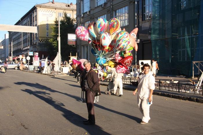 Новосибирцы гуляют по ул. Ленина